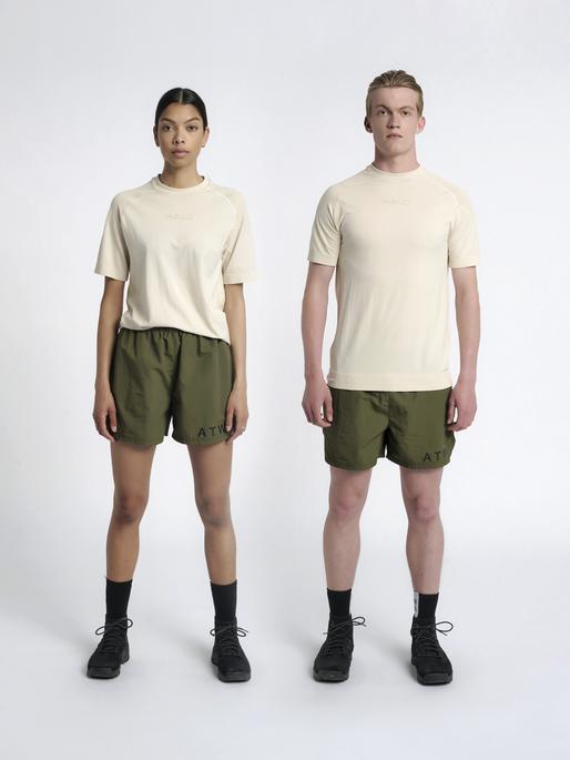 HALO SEAMLESS TEE, BONE WHITE, model